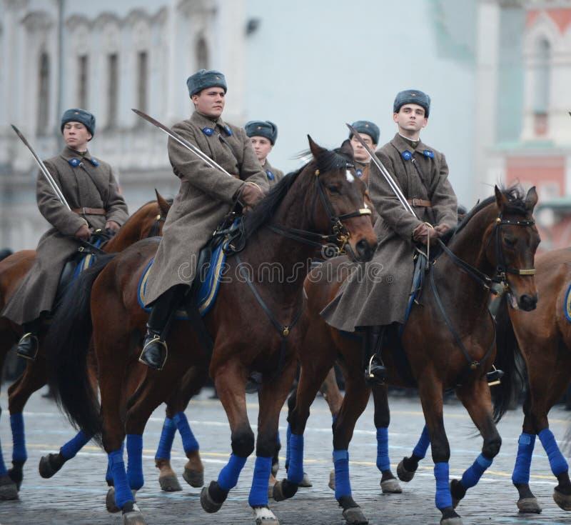 Rosyjscy żołnierze w postaci Wielkiej Patriotycznej wojny przy paradą na placu czerwonym w Moskwa obraz stock