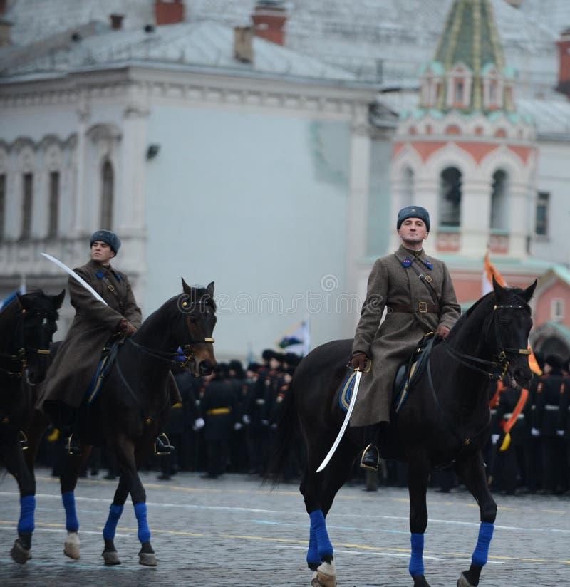Rosyjscy żołnierze w postaci Wielkiej Patriotycznej wojny przy paradą na placu czerwonym w Moskwa obrazy royalty free