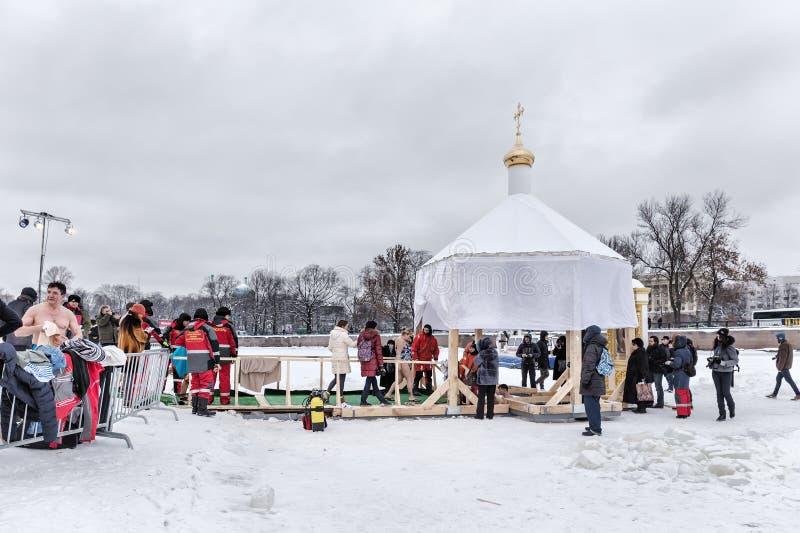 Rosyjscy ludzie zamaczają w lodową dziurę w dzień objawienia pańskiego, St Petersburg obraz stock