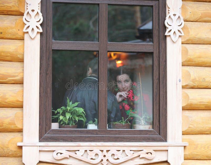 Rosyjscy piękno spojrzenia przez okno obraz royalty free