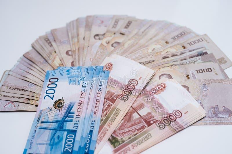 Rosyjscy ruble i Tajlandzki baht w g?r? Kruponu tempo zdjęcia royalty free
