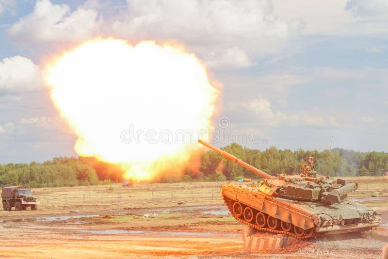 Rosyjscy T-90 zbiorniki na militarnym występie zdjęcie stock