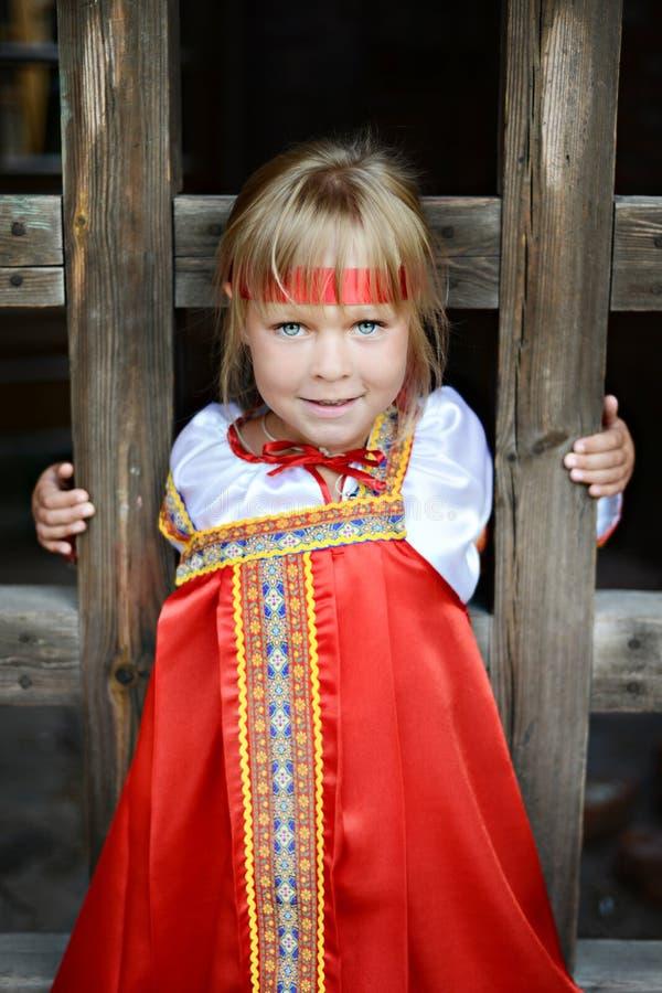 Rosyjska dziewczyna w krajowym kostiumu zdjęcie royalty free