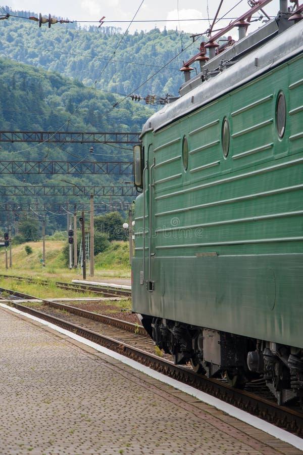 Rosyjska elektryczna lokomotywa, pociąg, stacja kolejowa w górach obraz stock