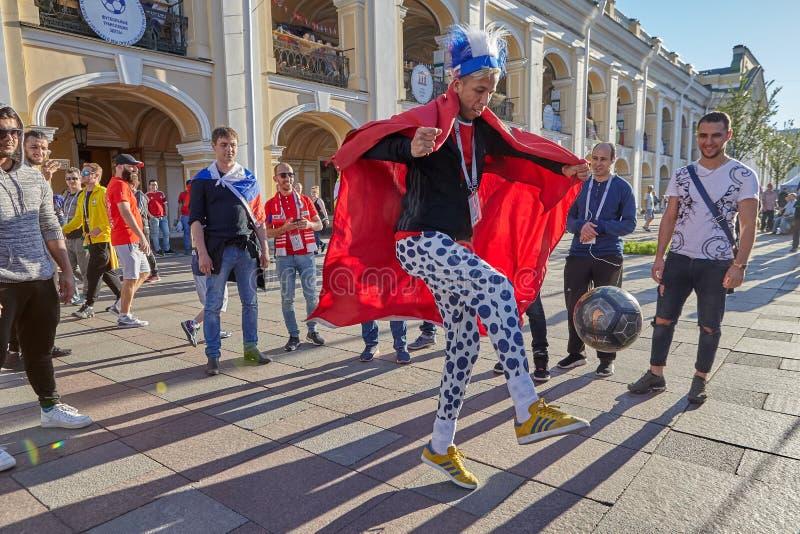 Rosyjska fan kopania piłka na Nevsky Prospekt w St Petersburg zdjęcia stock