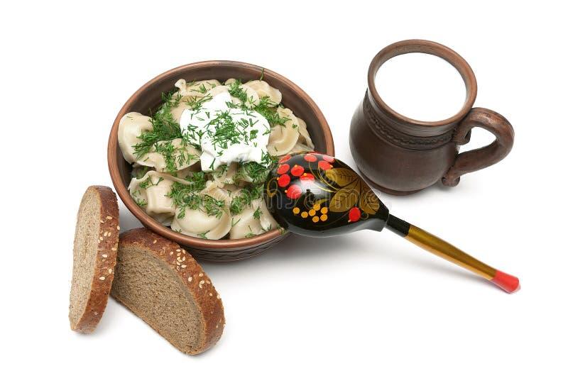 Rosyjska kuchnia: kluchy, filiżanka mleko i chleb odizolowywający na wh, obraz stock