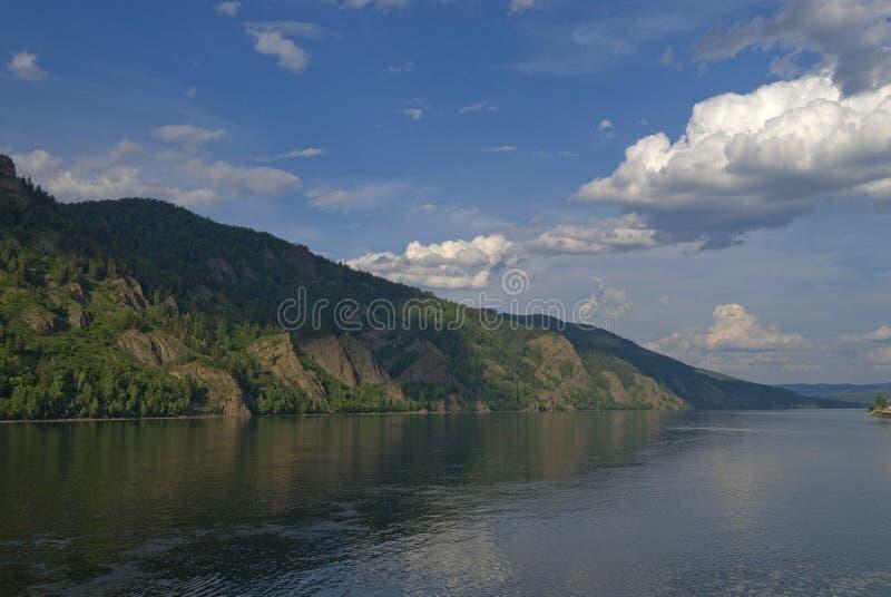 Rosyjska natura - Lesisty brzeg rzeki Yenisei rzeczny pobliski miasteczko zdjęcia stock