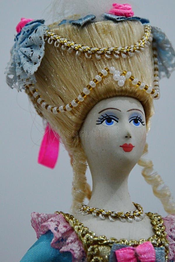 Rosyjska szlachetna kobiety lala z szczodrze dekorującym uczesaniem zdjęcie stock