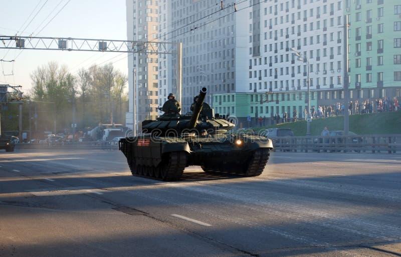 Rosyjski średni magistrali T-72B3 zbiornik «Pokrovsk «modyfikacja iść wokoło miasta fotografia royalty free
