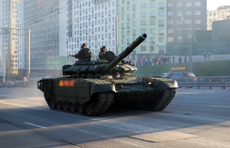 Rosyjski średni magistrali T-72B3 zbiornik «Pokrovsk «modyfikacja iść wokoło miasta zdjęcie royalty free