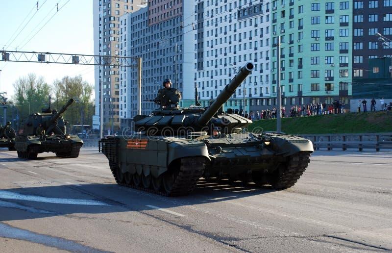 Rosyjski średni magistrali T-72B3 zbiornik «Pokrovsk «modyfikacja iść wokoło miasta fotografia stock