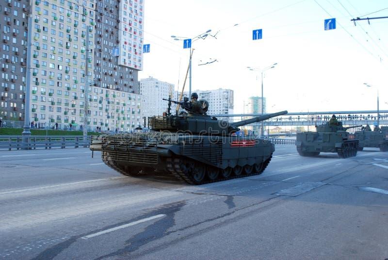 Rosyjski średni magistrali T-72B3 zbiornik «Pokrovsk «modyfikacja iść wokoło miasta obraz royalty free