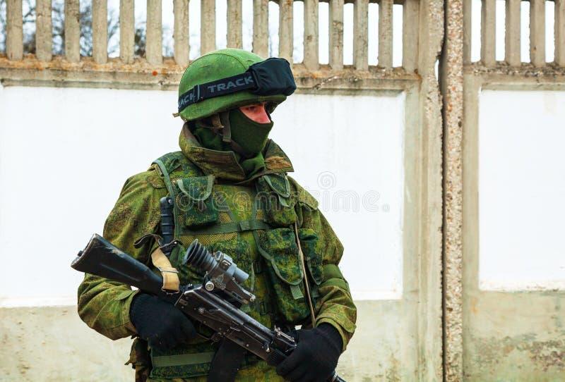 Rosyjski żołnierz w Perevalne, Crimea zdjęcia stock