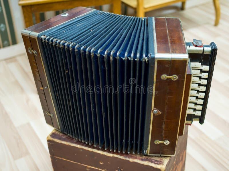 Rosyjski akordeon - stary narodowy instrument muzyczny zdjęcia stock