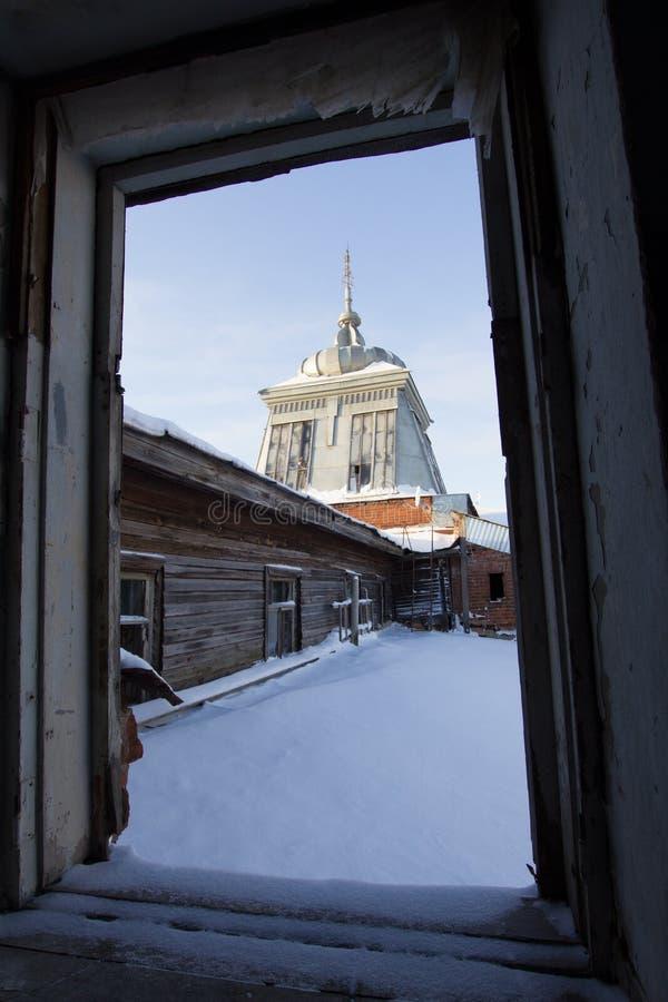 Rosyjski dziejowy zaniechany stary budynek drewniana kopuła - odbudowa w nawiedzającym domu - zdjęcie royalty free