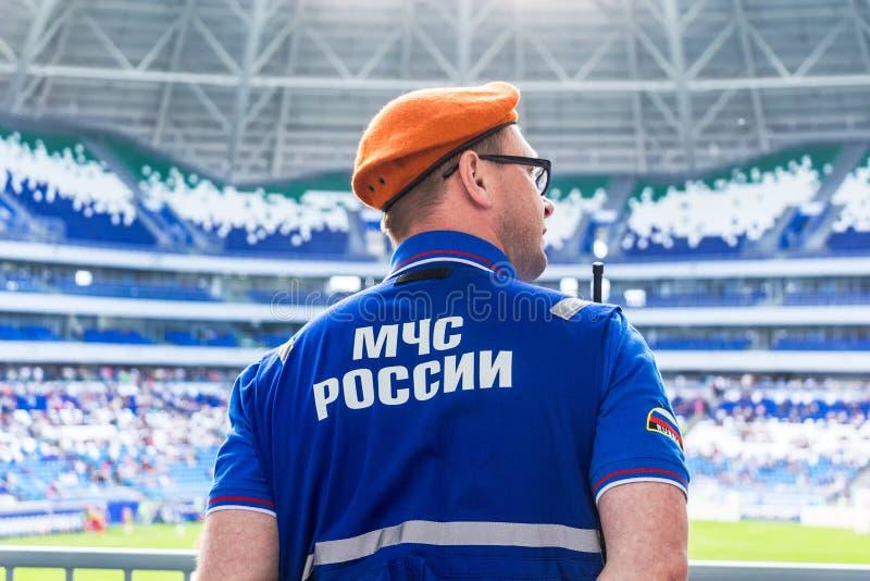 Rosyjski emercom oficer w jednolitej pozyci w kordonów agains obraz royalty free