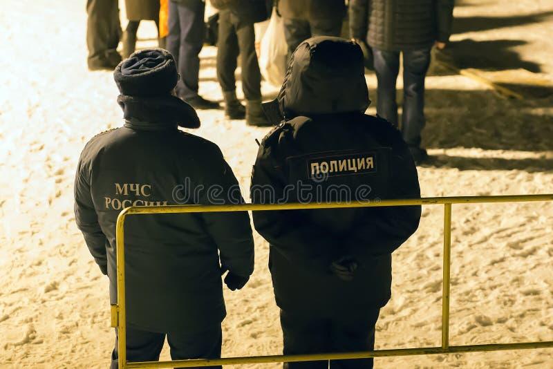 rosyjski emergencies ministerstwo i policja nocą podążaliśmy rozkaz, artykuł wstępny obrazy royalty free