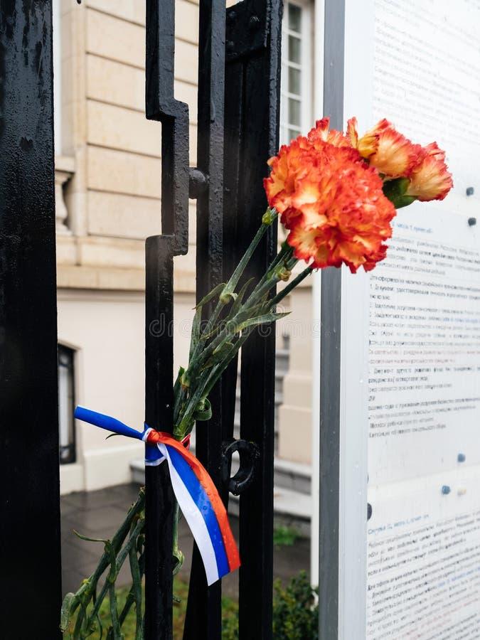 Rosyjski konsulat ambasady opłakiwać ofiary ogień przy Zimnyay obraz stock