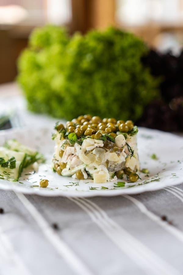 Rosyjski krajowy jedzenie Tradycyjny sałatkowy Olivie Łasowania pojęcie Jaskrawy - zielony tło dla teksta i projekta zdjęcia stock