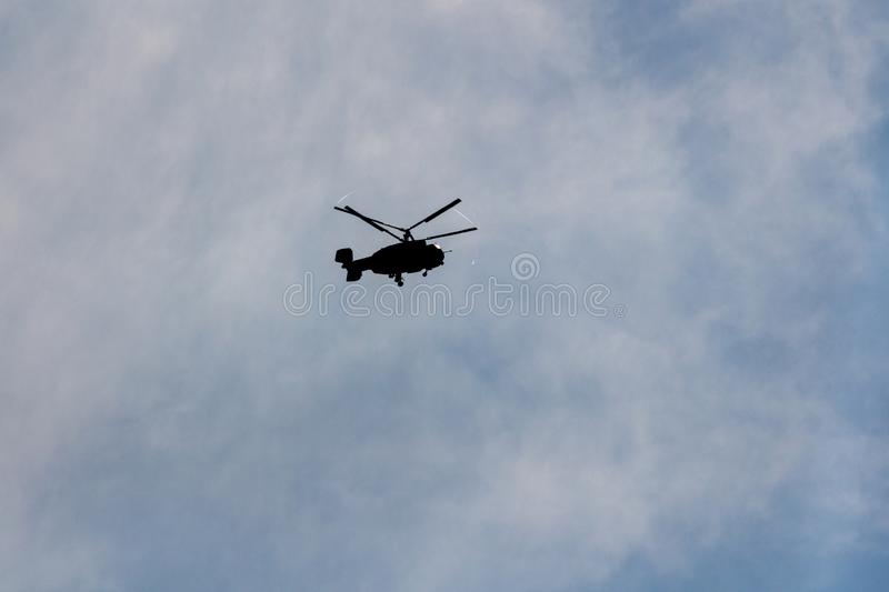 Rosyjski militarny helikopter lata w niebieskim niebie fotografia royalty free