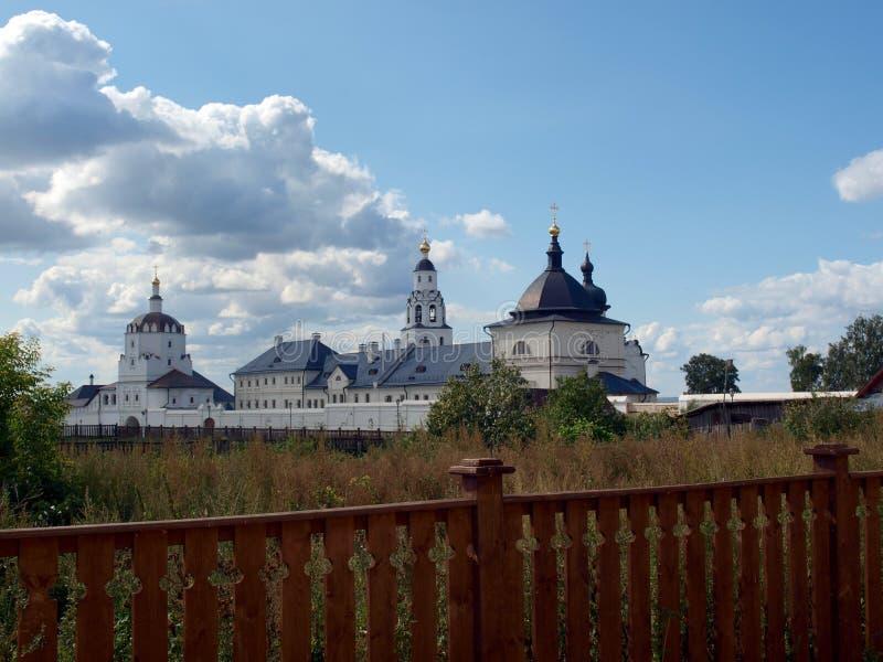 Rosyjski monaster na wyspie Sviyazhsk za płotowym krajobrazowym pięknym niebem obraz royalty free