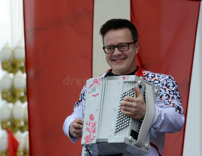 Rosyjski muzyk, akordeonista Sergei Voitenko mówi przy bezpłatnym koncertem na cześć zwycięstwo dzień fotografia royalty free