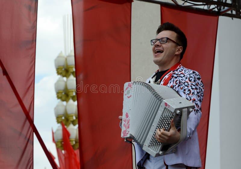 Rosyjski muzyk, akordeonista Sergei Voitenko mówi przy bezpłatnym koncertem na cześć zwycięstwo dzień obrazy stock