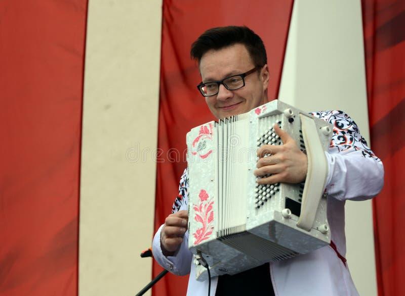 Rosyjski muzyk, akordeonista Sergei Voitenko mówi przy bezpłatnym koncertem na cześć zwycięstwo dzień zdjęcie royalty free