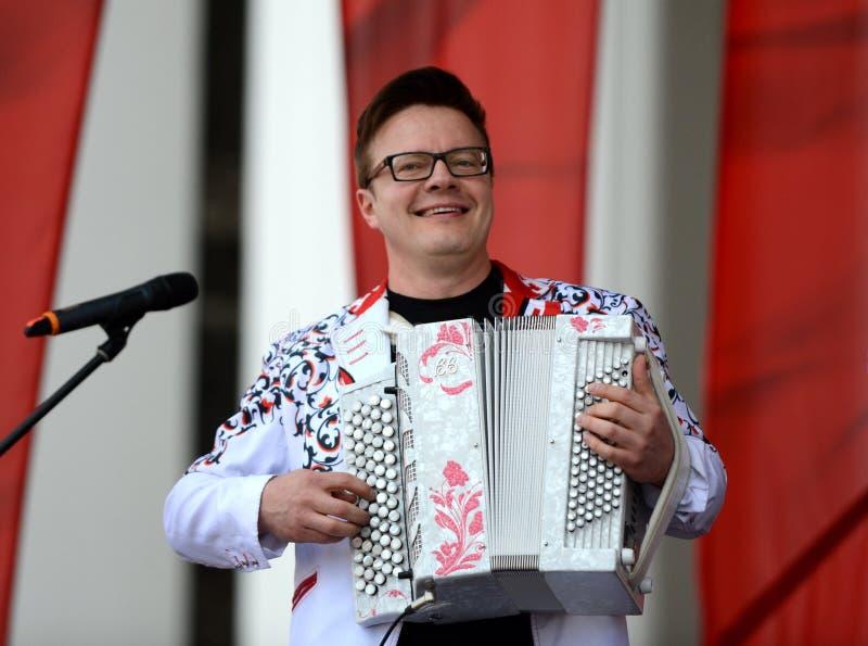Rosyjski muzyk, akordeonista Sergei Voitenko mówi przy bezpłatnym koncertem na cześć zwycięstwo dzień obraz royalty free