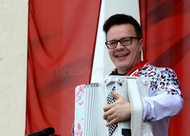 Rosyjski muzyk, akordeonista Sergei Voitenko mówi przy bezpłatnym koncertem na cześć zwycięstwo dzień obraz stock