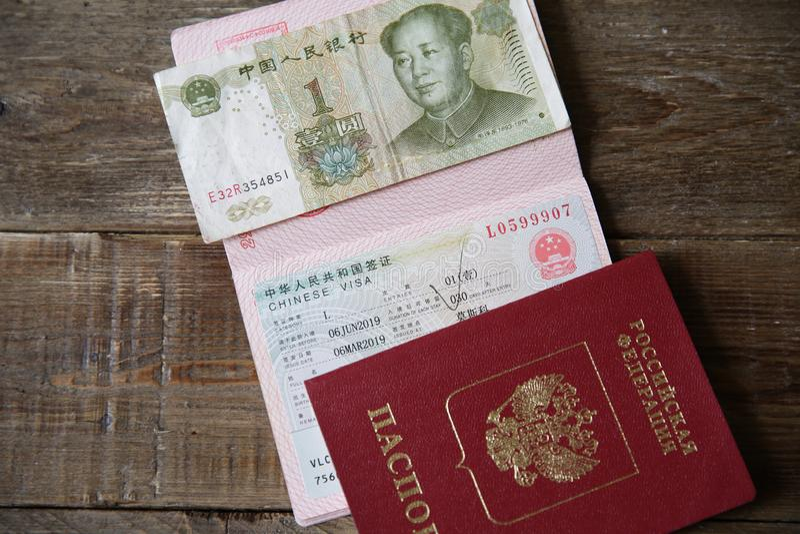 Rosyjski paszport z Chińskim pieniądze i wizą jest jeden Juan Wiza znaczek, paszport samochodowej miasta poj?cia Dublin mapy ma?a zdjęcie royalty free