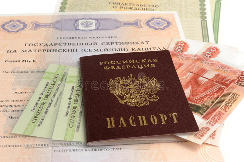 Rosyjski paszport z pieniądze i pewnikiem macierzyńskiego, narodziny i emerytura, obraz stock