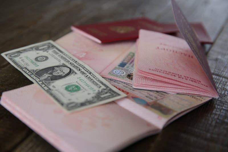 Rosyjski paszport z Schengen i kanadyjczykiem wizował i pieniądze - jeden dolar Wiza znaczka podróży paszport Wakacje i podr?? zdjęcia royalty free