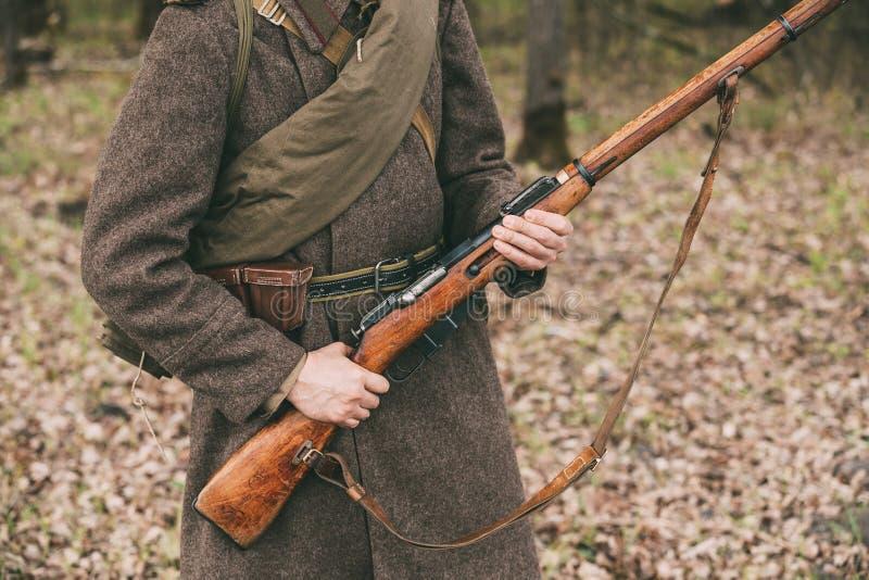 Rosyjski Radziecki piechota żołnierz druga wojna światowa Trzyma Karabinową broń fotografia stock