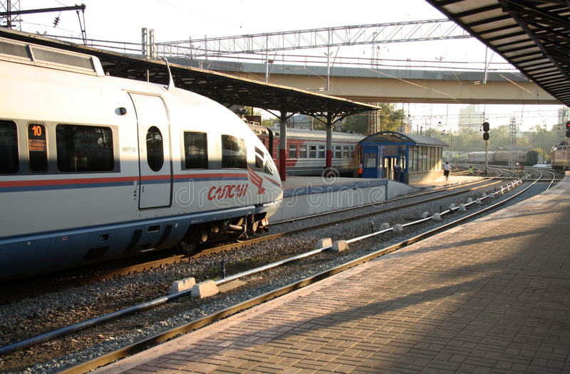 Rosyjski szybkościowy pociąg Sapsan przy stacją fotografia stock