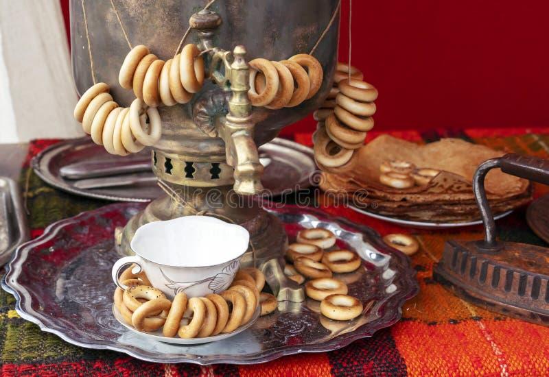 Rosyjski tradycyjny samowar z plikami bagels obrazy royalty free