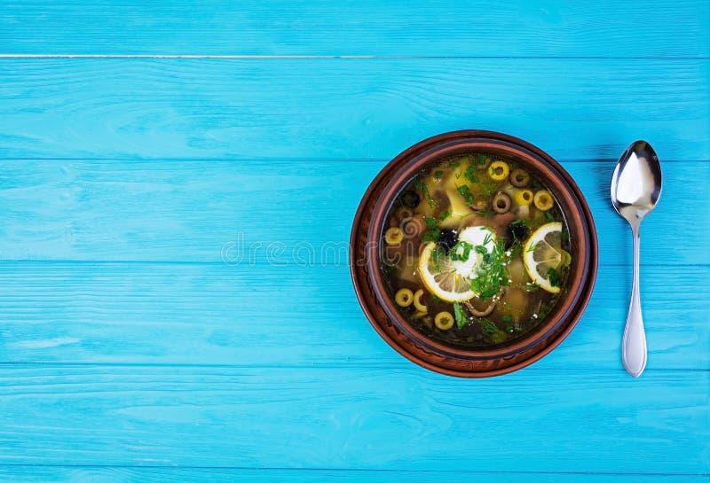 Rosyjski zupny Solyanka z kwaśną śmietanką na drewnianym tle fotografia royalty free