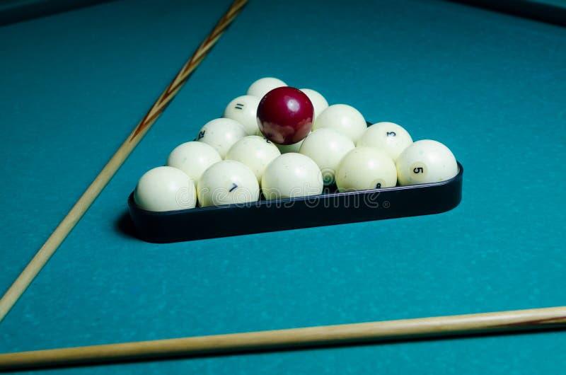 Rosyjskie billiards piłki, wskazówka na stole i obraz royalty free
