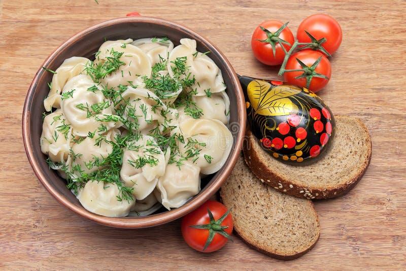 Rosyjskie kluchy z koperem, czereśniowymi pomidorami i chlebem na wo, obrazy stock