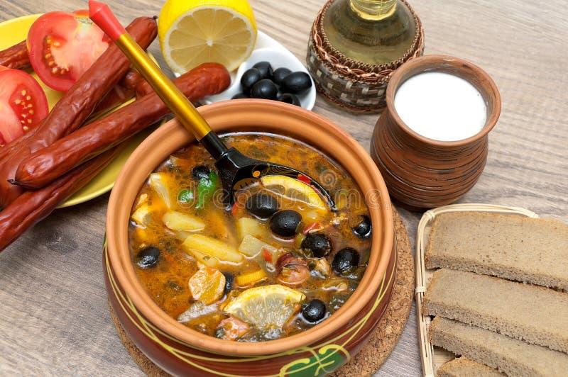 Rosyjskiego osetu polewka i inny jedzenie na drewnianym tła zakończeniu zdjęcia stock