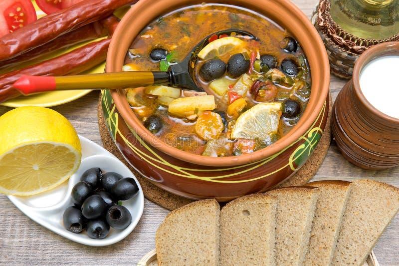 Rosyjskiego osetu polewka i inny jedzenie na drewnianym tle zdjęcia stock