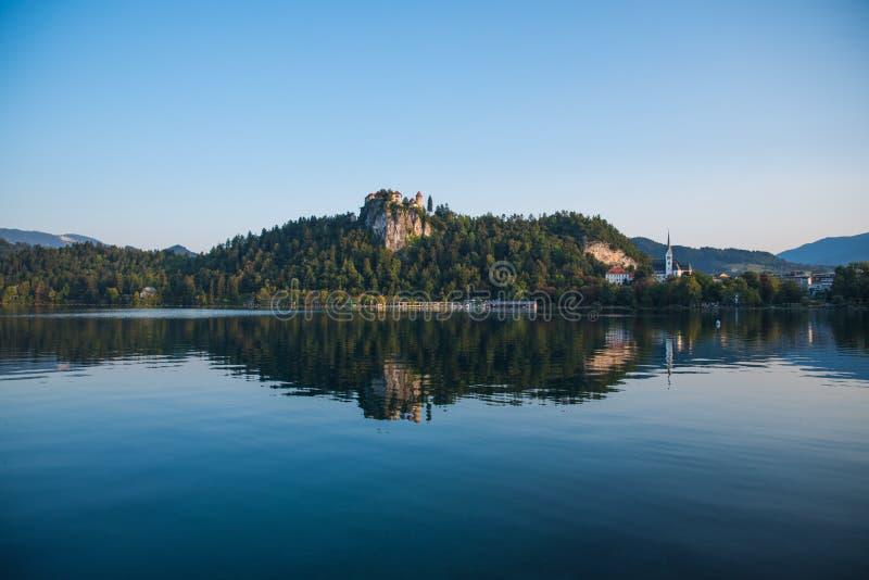 Roszuje na wzgórzu nad piękny naturalny jezioro fotografia stock