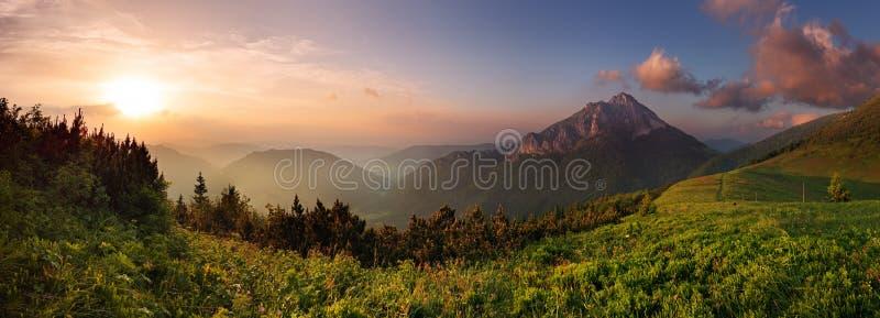 Roszutec Spitze im Sonnenuntergang lizenzfreie stockfotografie