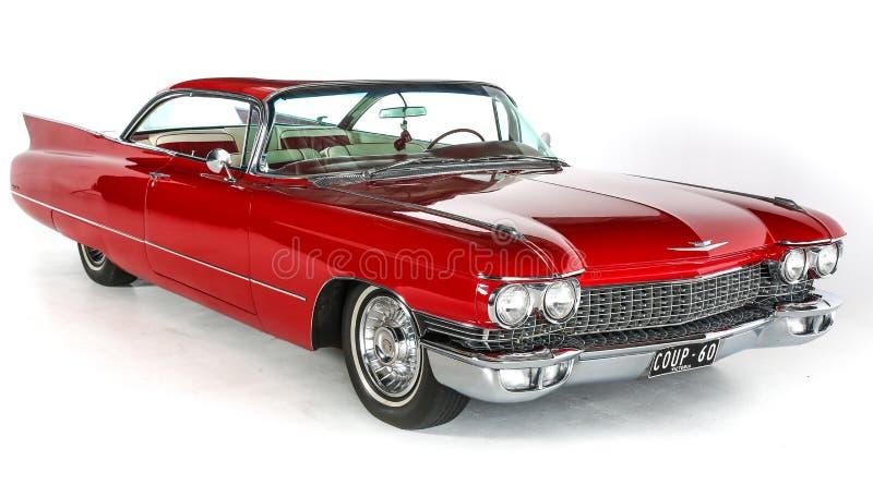 Rot-Cadillac-Coupé DeVille-Auto des Klassiker-1960 auf dem weißen Hintergrund, lokalisiert Zeichen des Weinlese US-Weges 66 getre lizenzfreie stockfotografie