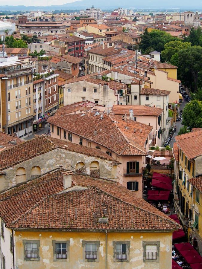 Rot geschichtete Dachspitzen auf den Straßen von Pisa Italien stockfotografie