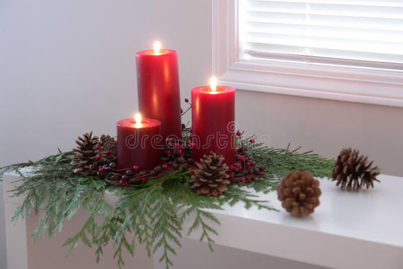 Rot leuchtet Weihnachtsflamme durch stockbild