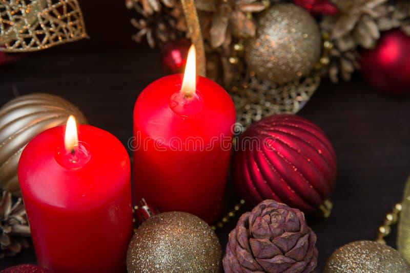 Rot leuchtet Weihnachtsflamme durch lizenzfreie stockfotos