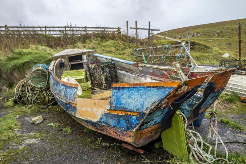 Rot oud bootwrak in Schotse haven royalty-vrije stock afbeelding
