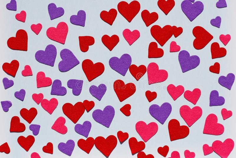 Rot, Rosa und purpurrote geglaubte Herzen stockbild