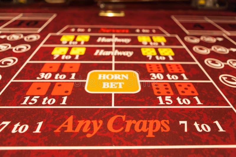 Rot scheißt Tabelle im Kasino, das geradeaus genommen wird lizenzfreies stockbild